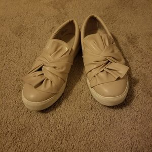 Sneakers/Loafers